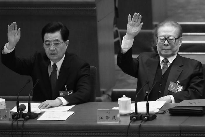 Бывшие лидеры китайской коммунистической партии Ху Цзиньтао и Цзян Цзэминь поднимают руки во время заключительной сессии 18-го партийного съезда 14 ноября 2012 г. в Пекине. Ху посетил город Яньчэн провинции Цзянсу, чтобы заняться вопросом Фалуньгун, согласно источнику. Фото: Feng Li/Getty Images