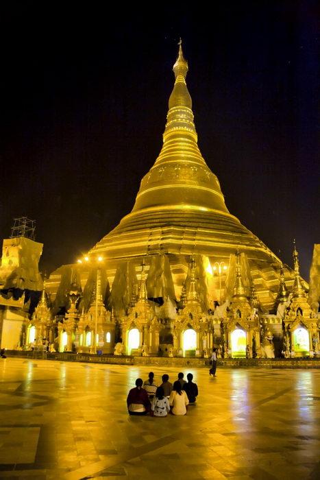 Ночь — самое волшебное время, чтобы посмотреть в Янгоне на знаменитую пагоду Шведагон. Фото: Paul Ross