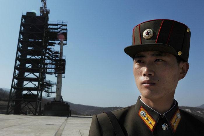 Северокорейский солдат стоит на страже перед ракетой «Унха-3», 8 апреля 2012 года. Фото: PEDRO UGARTE/AFP/Getty Images