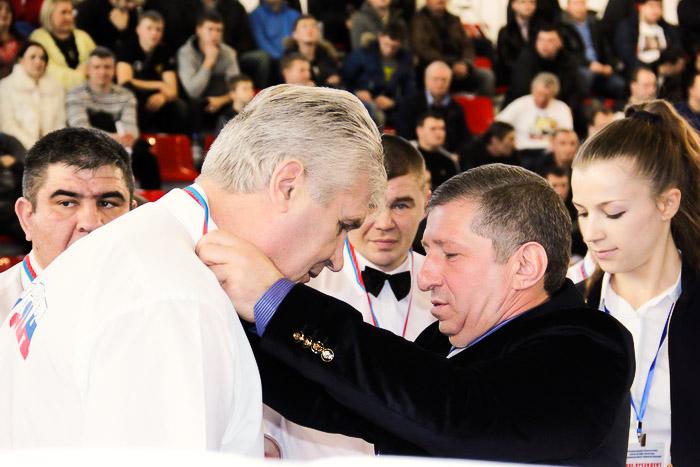 Миньков К.В. вручает памятные медали. Фото: Александр Трушников/Великая Эпоха (The Epoch Times)