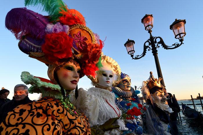 В Венеции ежегодный карнавал проходит под девизом «Жизнь в цвете». Фото: VINCENZO PINTO/AFP/Getty Images