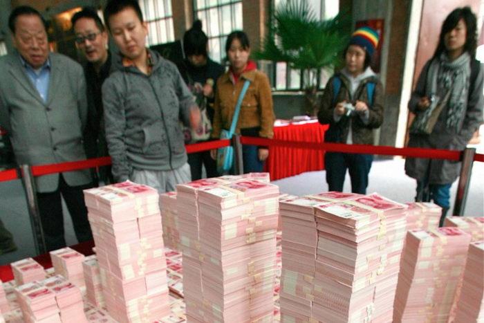 Модель делового района Пекина, сделанная из китайских юаней. Экономисты говорят, что безудержная денежная эмиссия является причиной инфляции в Китае. Фото: Teh Eng Koon/AFP/Getty Images