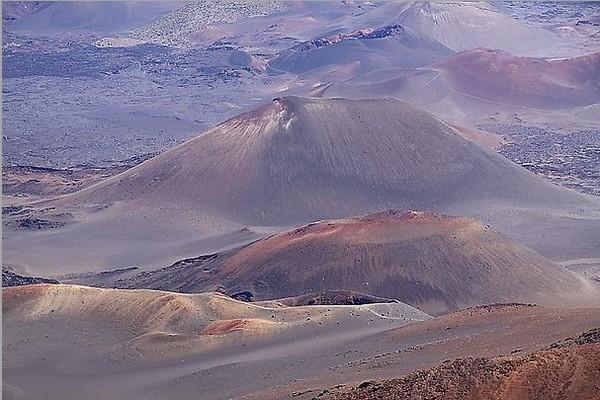 Разноцветные вулканические воронки на Халеакале. Остров Мауи, Гавайи. Фото: Michael Varga