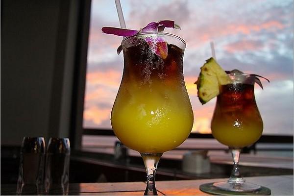 Закат солнца с побережья  Напили. Алкогольный коктейль mai tais. Фото: Michael Varga