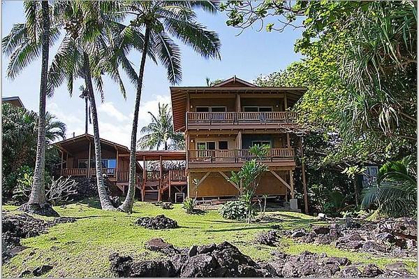 Бамбуковая роща. Гостиница Bamboo Inn построена из тикового дерева с  бамбуковой крышей и прекрасно вписывается в общую картину с  кокосовыми пальмами на склоне гор. Находится недалеко от покрытого галькой берега. Фото: Michael Varga