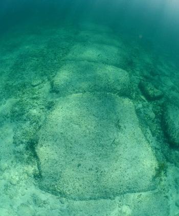 Бимини-Роуд (Дорога Бимини) — камни, погружённые в воду недалеко от побережья Багамских островов, которые, по словам некоторых учёных, были искусственной стеной, сооружённой приблизительно 10 000-20 000 лет назад. Стена является доказательством того, что доисторические цивилизации были намного более передовыми, чем это готова признать современная наука. Фото: Shutterstock*