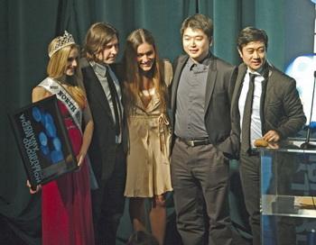 Команда «Свободного Китая» принимает премию HMMA за лейтмотив песни «Мужество верить». (Слева-направо) Мисс North Hollywood Teen Маккензи Сигрен, держащая приз, Кевин Дипполд, Кориэнка Килхер, Тони Чэнь и Кеан Вонг. Фото: Robin Kemker/Великая Эпоха (The Epoch Times)