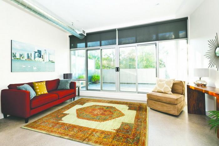 Большой, роскошный Oushak хорошо сочетается с диваном насыщенного цвета, имеющим богатую фактуру обивки. Фото: Samira Bouaou/Великая Эпоха (The Epoch Times)