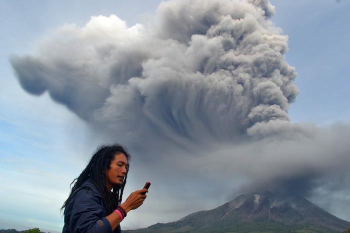 Индонезийские вулканы извергают фонтаны пепла. Фото: SUTANTA ADITYA/AFP/Getty Images