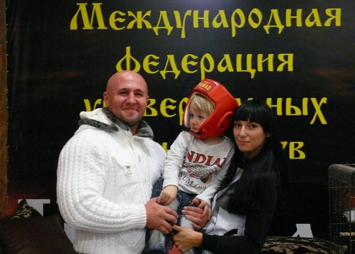 Иван Благодатский с сыном Богданом и супругой Екатериной. Фото: Борис Стегачёв