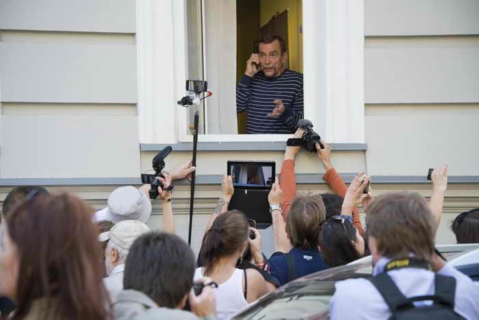 Лев Пономарев дает телефонный звонок в офисе движения «За права человека» в Москве 21 июня 2013 года.Фото: NATALIA KOLESNIKOVA/AFP/Getty Images