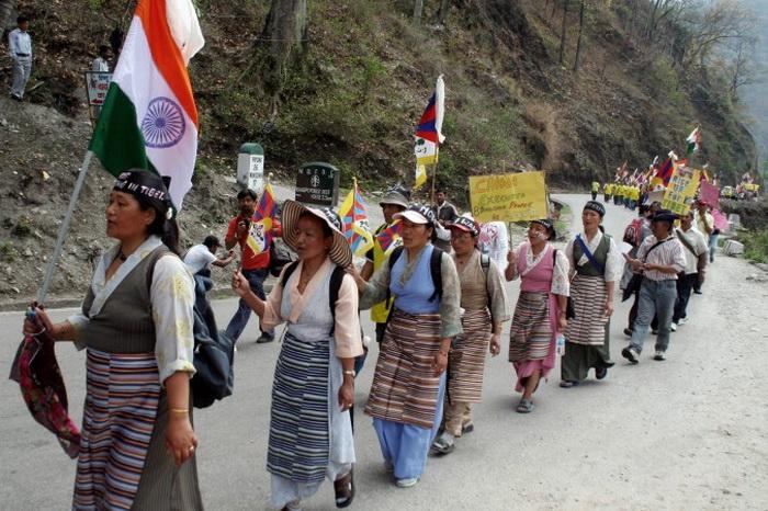Тибетские буддийские монахи в изгнании и демонстранты направляются к границе Западная Бенгалия – Сикким 24 марта 2008 года. Фото: Diptendu Dutta/AFP/Getty Images