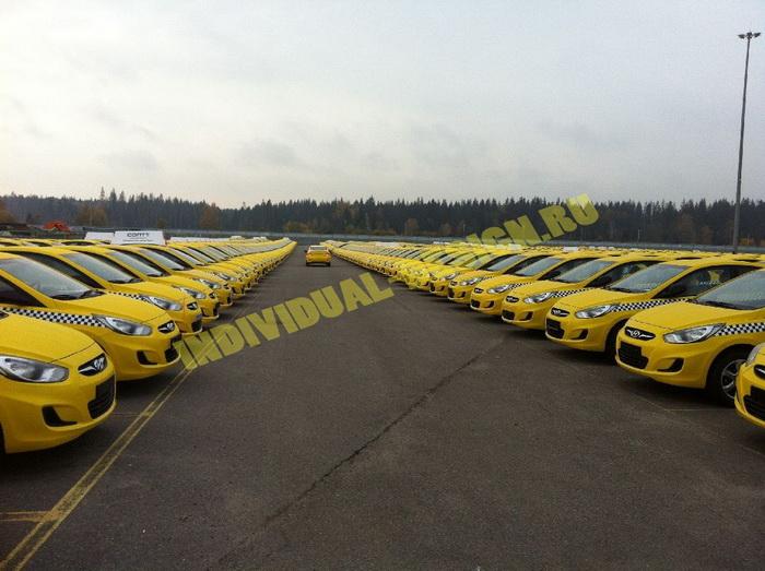 Таксомоторные парки вернули себе лицензии, оклеив автомобили жёлтой пленкой. Фото: individual-design.ru