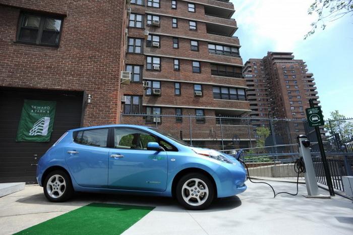 Электромобиль Nissan Leaf подключён к зарядной станции в спальном районе Seward Park на Lower East Side в Манхэттене. Нью-Йорк, США, 6 мая 2011. С новыми скидками и улучшенным аккумулятором увеличилось количество женщин, желающих купить Leaf. Фото: SYAN HONDA/AFP/Getty Images