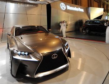 В Токио продемонстрированы новые возможности автомобиля Lexus IS. Фото: FAYEZ NURELDINE/AFP/Getty Images