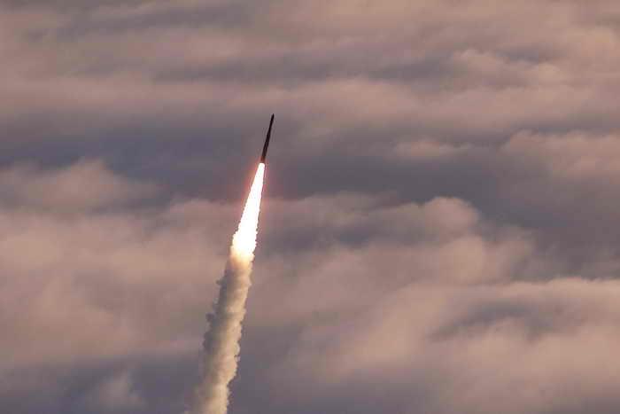 КНДР произвела запуск четырёх ракет малой дальности. Фото: WOJTEK RADWANSKI/AFP/Getty Images