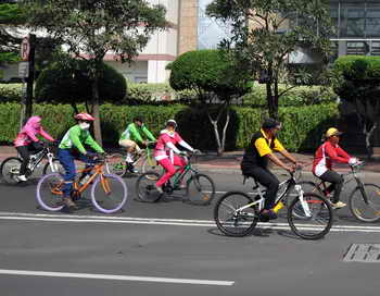 Власти Великобритании намерены пересадить всё население страны на велосипеды, для этого из бюджета будут выделены немалые средства. Фото: ADEK BERRY/AFP/Getty Images