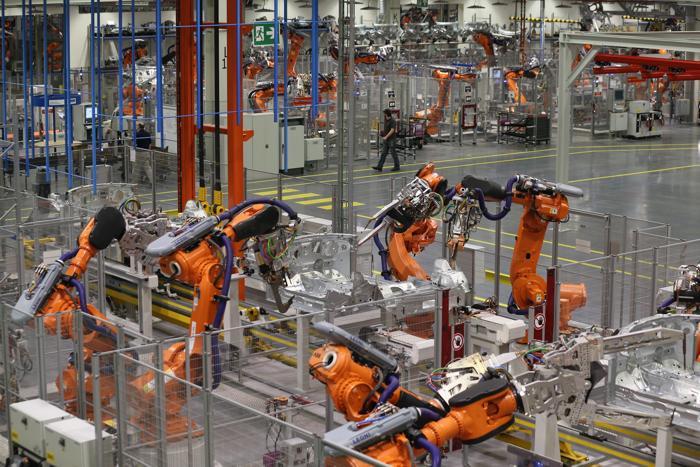 Производство улучшенного BMW Mini Cooper на совершенно новой платформе запустили на заводе в британском Оксфорде 18 ноября 2013 года. Фото: Oli Scarff / Getty Images