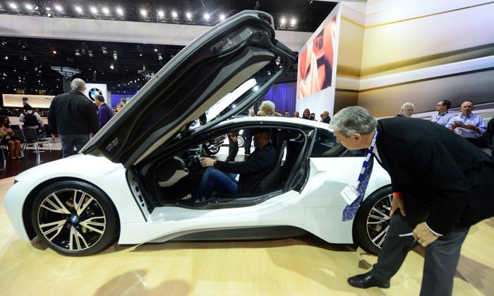 BMW провела показ новой i8, которая должна выйти летом следующего года, на автосалоне в Лос-Анджелесе 20 ноября 2013 года. Фото: FREDERIC J. BROWN/AFP/Getty Images