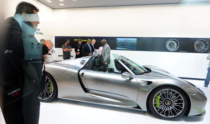 Porsche представил гибрид Porsche 918 Spyder на автосалоне в Лос-Анджелесе 20 ноября 2013 года. Фото: FREDERIC J. BROWN/AFP/Getty Images