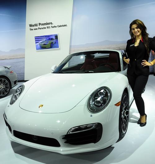 Porsche представил турбированный кабриолет Porsche 911 на автосалоне в Лос-Анджелесе 20 ноября 2013 года. Фото: FREDERIC J. BROWN/AFP/Getty Images