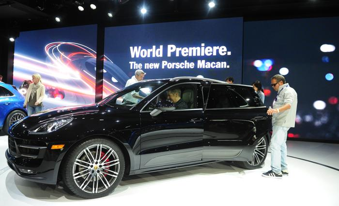 Porsche представил кроссовер Macan 2014 на автосалоне в Лос-Анджелесе 20 ноября 2013 года. Фото: FREDERIC J. BROWN/AFP/Getty Images