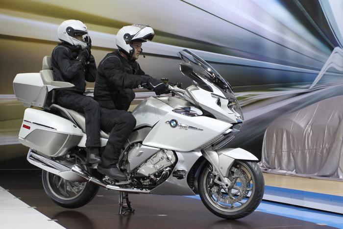 BMW провела показ мотоцикла модели K1600 GTL на автосалоне в Лос-Анджелесе 20 ноября 2013 года. Фото: David McNew/Getty Images