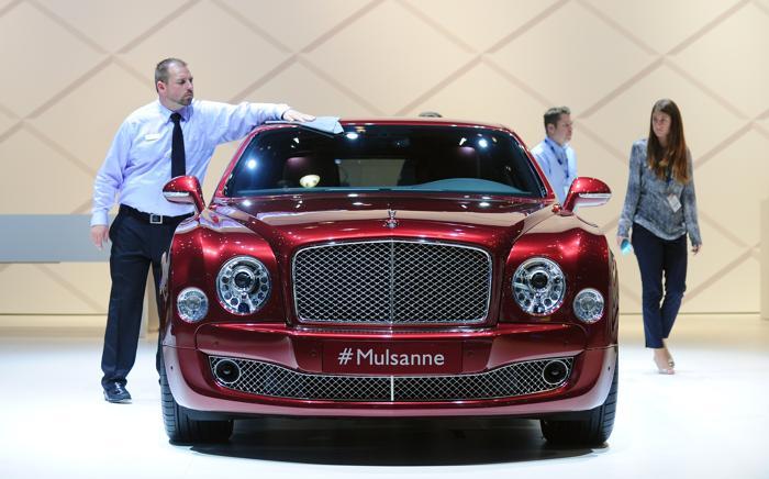 Компания Bentley презентовала модель Mulsanne на автосалоне в Лос-Анджелесе 20 ноября 2013 года. Фото: FREDERIC J. BROWN/AFP/Getty Images