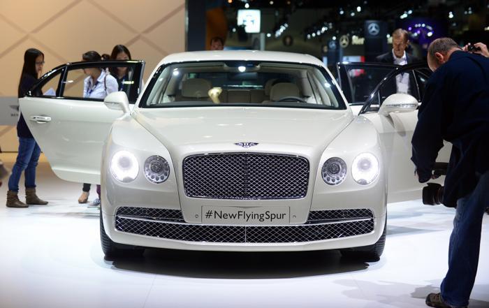 Компания Bentley презентовала Flying Spur 2014 на автосалоне в Лос-Анджелесе 20 ноября 2013 года. Фото: FREDERIC J. BROWN/AFP/Getty Images