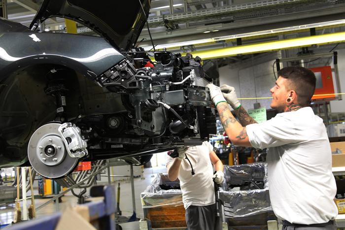 Запуск серийного производства рестайлинговой Opel Insignia, премьера которой состоится на автосалоне во Франкфурте в сентябре,  стартовал на немецком заводе в Рюссельсхайме 22 августа 2013 года.  Фото: Hannelore Foerster/Getty Images
