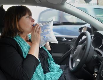 Все водители во Франции с 1 июля должны иметь при себе не только знак аварийной остановки и аптечку скорой помощи, но прибор для быстрого тестирования на алкоголь. Фото: FRED TANNEAU/AFP/GettyImages
