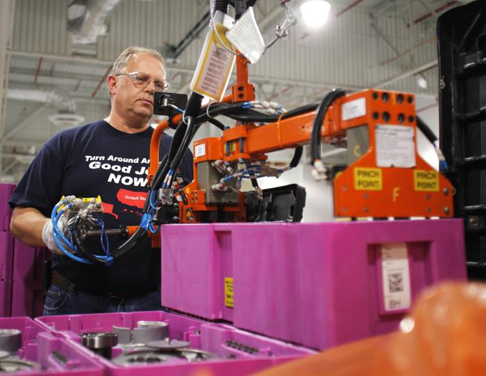 Завод Ford Motor Company запустил производственную линию новой гибридной трансмиссии. Фоторепортаж с завода в городе Стерлинг Хайтс, штат Мичиган. Фото: Bill Pugliano/Getty Images