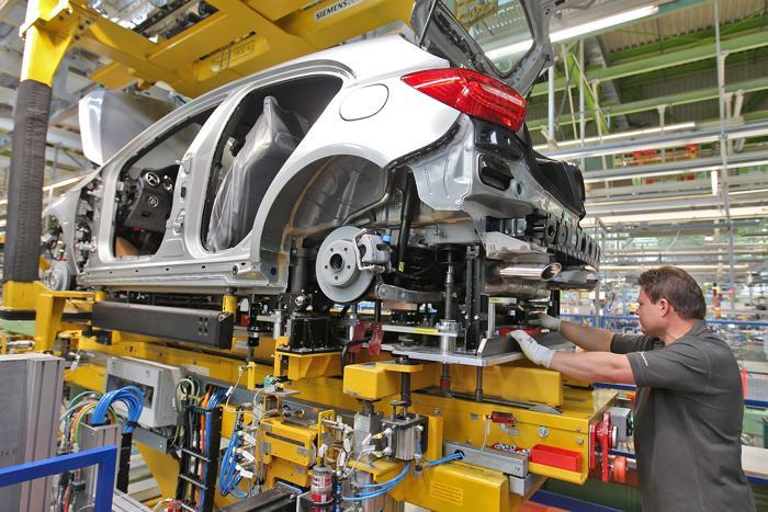 Mercedes-Benz в  Rastatt продолжает выпуск новых легковых автомобилей класса А. Фоторепортаж. Thomas Niedermueller/Getty Images