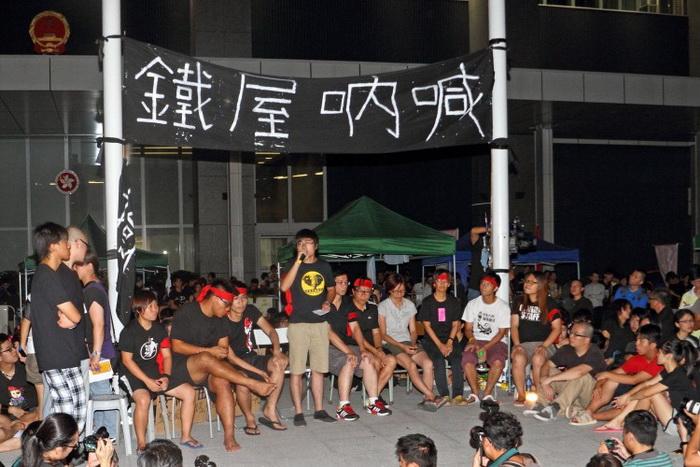 Студенты собирались 5 сентября, чтобы осудить планы по введению «Национального образования» — нового учебного плана в Гонконгских школах. Протестующие и их сторонники говорят, что программа по существу является пропагандистской и ревизионистской и предназначена для того, чтобы внушить студентам коммунистические идеи. Фото: Pan Zaishu/The Epoch Times