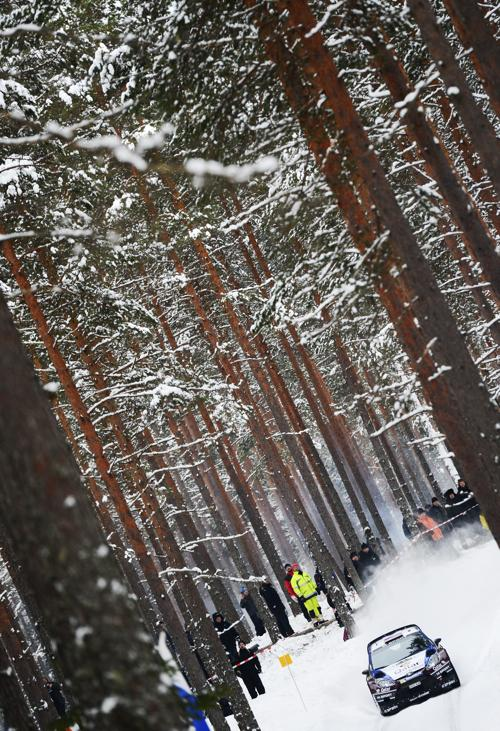 Сергей Новиков со штурманом на «Форде» в Швеции. Фото: JONATHAN NACKSTRAND/AFP/Getty Images