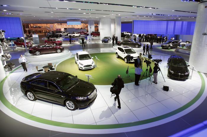 Легковые автомобили выставки Ford на Североамериканском автосалоне в Детройте, 14 января 2013 года. Фото: Bill Pugliano/Getty Images