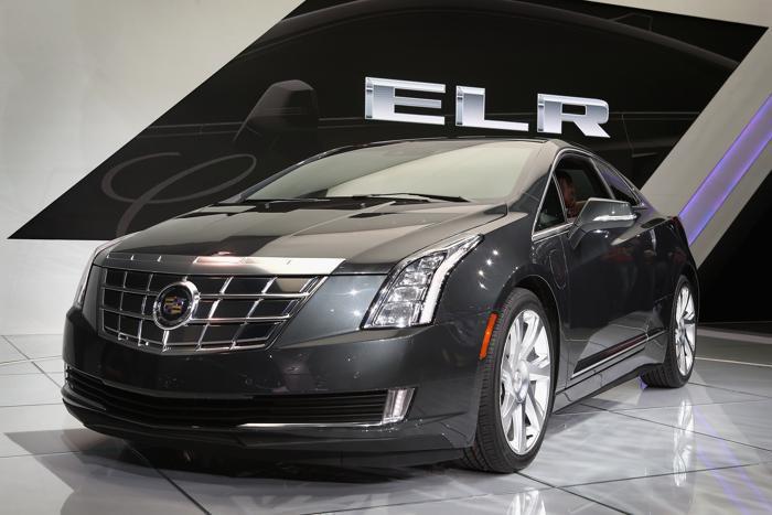 Cadillac демонстрирует свой гибрид ELR на пресс-показе Североамериканского автосалона в Детройте, 15 января 2013 года. Фото: Scott Olson / Getty Images