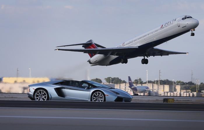 Новый Lamborghini Roadster LP700-4 дебютировал в аэропорту Майями, 28 января 2013 года. Фото: Joe Raedle / Getty Images