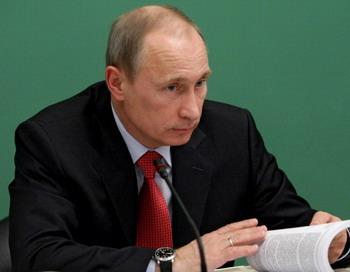 Правительство прорабатывает вопрос об увеличении ставок акцизов на горюче-смазочные материалы (ГСМ) и отмене транспортного налога, сообщил вчера премьер Владимир Путин. Фото: ALEXEI NIKOLSKY/AFP/Getty Images