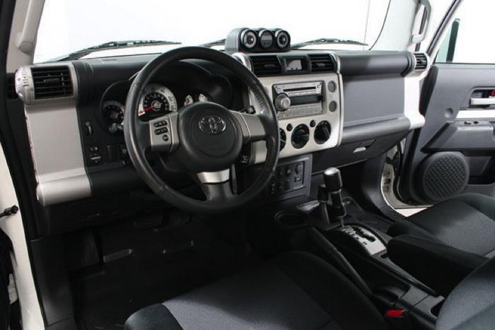 Toyota FJ Cruiser внутри. Фото: «Кроун Транзит»