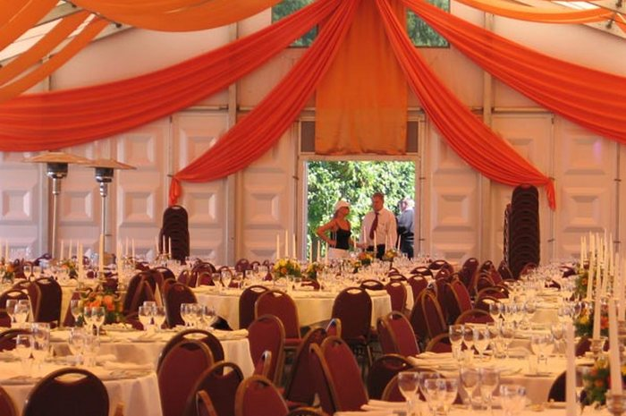 Компания «Шатер-Тент» - это праздничное оформление арендованных столов, стульев, диванов, самих шатров и прилегающей территории. Фото: Shater-Tent.ru