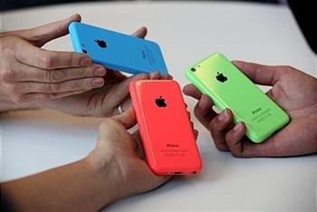 Бюджетная версиия знаменитого смартфона, под именем iPhone 5C. Фото: Джастин Саллеван/Getty Image