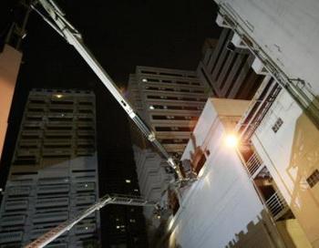 Пожарники спасают гостей отеля Grand Park Avenue в Бангкоке с помощью кранов. Фото: abendblatt.de