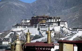 Дворец Потала, величественный символ Тибета, как и большинство из 6 000 разрушенных во время «Культурной революции» памятников, был реставрирован с помощью Китая, однако используется как туристический аттракцион с целью прибыли. Фото: Bernhard Mьller