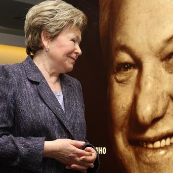 Наина Ельцина стоит у портрета Бориса Ельцина. Фото РИА Новости
