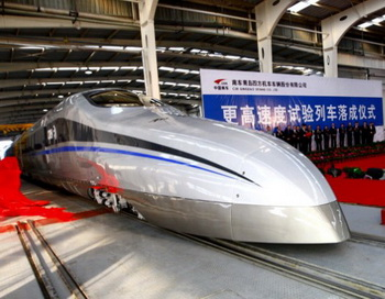 Китайские рабочие представили новый высокоскоростной поезд, способный развить скорость до 310 миль в час, во время церемонии в Циндао в провинции Шаньдун в Китае 23 декабря 2011 года. Фото: STR/AFP/Getty