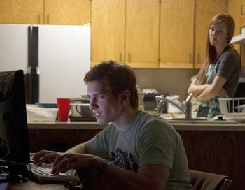 Актеры изображают семейную сцену, возникшую из-за злоупотребления ролевыми онлайн-играми. Фото: Brigham Young University