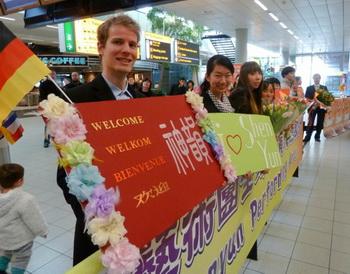 Николас Шольс приехал из Брюсселя, Бельгия, поприветствовать Shen Yun Performing Arts в амстердамском аэропорту Схипхол 11 марта. Фото: Джаспер Фекерт/Великая Эпоха (The Epoch Times)