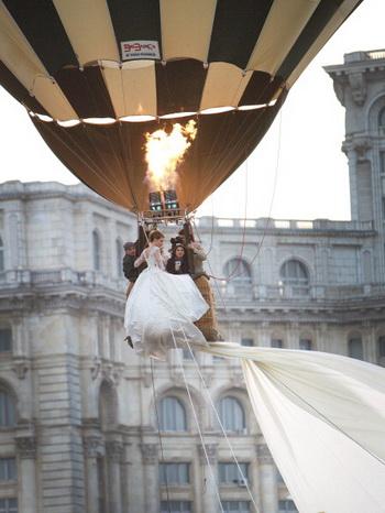 Свадебное платье невесты имеет длину 3 километра. Фото: STRINGER/AFP/Getty Images