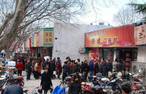 Так как соль уже распродана, жители города Чжэньцзян провинции Цзянсу 17 марта стоят в очереди за соевым соусом. Фото: kanzhongguo.com